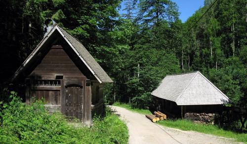 40.-1280px-KingenhofsÑge (rechts) mit SÑgerhaus im Hinterzartener Lîffeltal